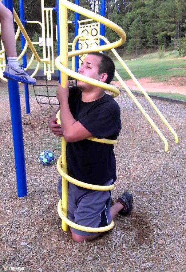 Parkta Çocukluğunu Hatırlamak İsterken, Şansızlığın Dibini Yaşayan İnsanlar