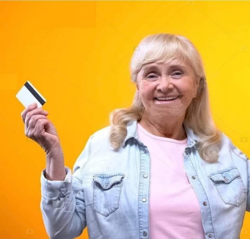 Yaşlı kadın banka kartını bir bankacıya verdi ve ′′500 $ çekmek istiyorum′′ dedi