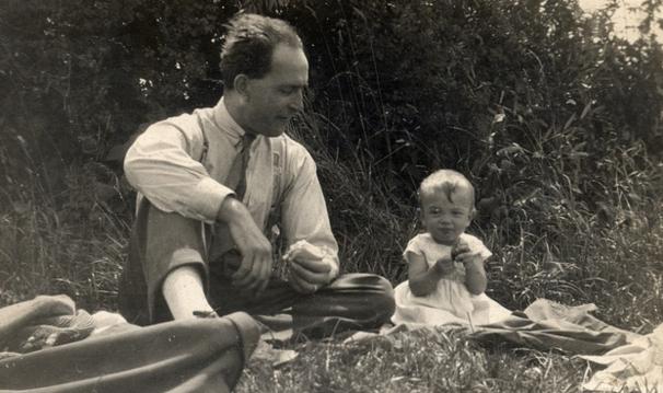 85 Yaşındaki Kadın, Babasının Bir Fotoğrafını Buldu - O Anda Babasının Büyük Sırrını Öğrendi