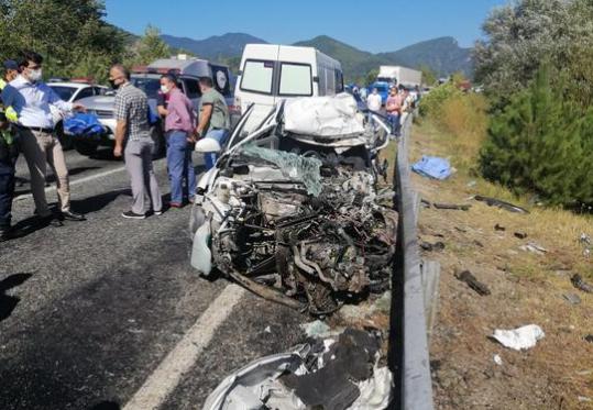 Araçlar Kafa kafaya Çarpıştı: Ölüler ve yaralılar var