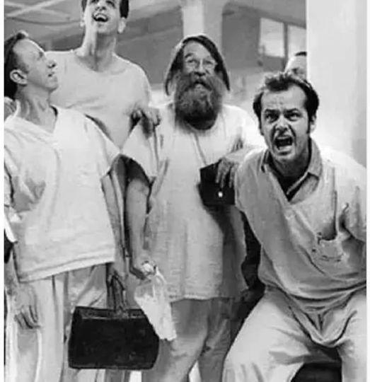 Bir akıl hastanesini ziyareti sırasında, adamın biri sorar