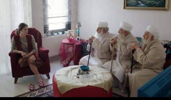 Bir kadın, evinden dışarı çıkar ve uzun beyaz sakallı 3 tane yaşlı adamın evinin önünde oturduklarını görür.