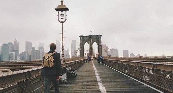 Brooklyn köprüsünde, bir bahar günü, kör bir adam dilencilik yapıyormuş