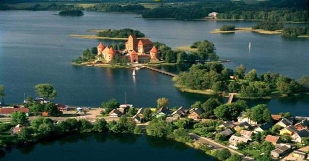 Bu fotoğraf Trakai diye bir göl köyü. AVRUPA'NIN GÖBEĞİNDE TÜRKLER