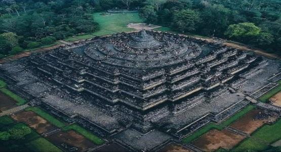 Dünyanın en büyük ve tek parça halindeki Budist Tapınağı: Borobudur
