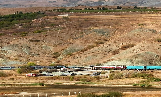 İki tren kafa kafaya çarpıştı: Ölüler Var