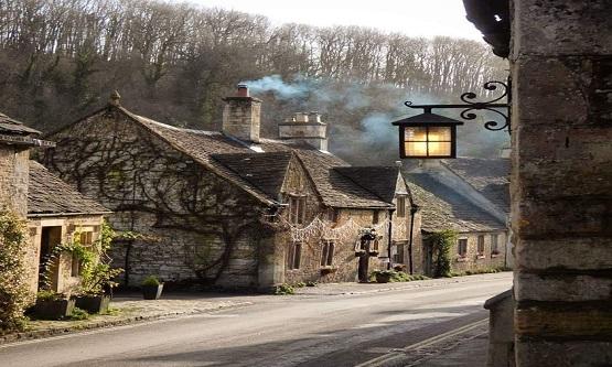 İngiltere'nin kalabalık şehirlerinden, ışıltılı caddelerinden, lüks mağazalarından uzaklarda saklanmış bir köy