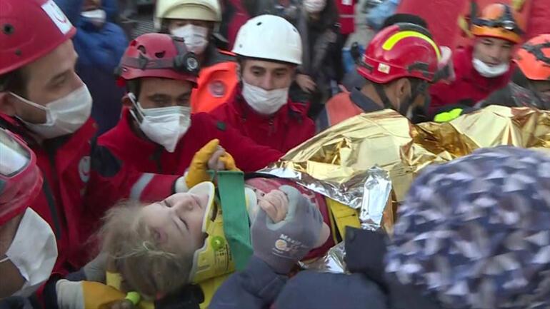 İzmir'deki depremden bir mucize; 3 yaşındaki Elif 65 saat sonra enkazdan sağ çıkarıldı. Anneyle kavuşması yürekleri dağladı