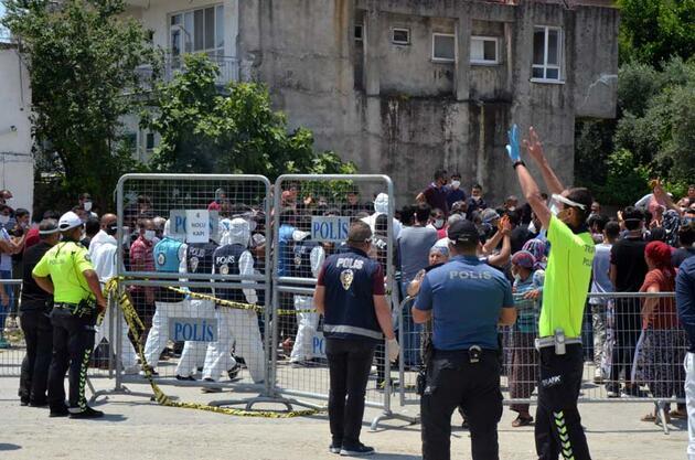 Karantinanın uzatılmasına tepki gösteren mahalleli polise taşlarla saldırdı