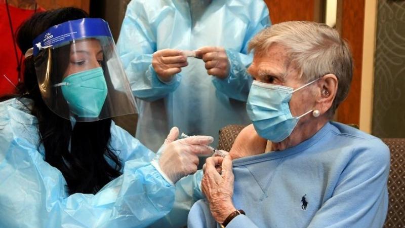 Koronavirüs Aşısı Olan 4 Sağlık Çalışanı Fenalaşarak Hastaneye Kaldırıldı