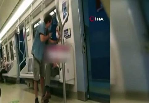 Metroda Şarkı Söyleyen Adamın Üzerine Yürüdü ve Olanlar Oldu
