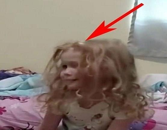 Sabah Uyandığında Küçük Kızı Hareket Edemiyordu, Kızının Saçını Tararken Gördükleriyle Şoke Oldu