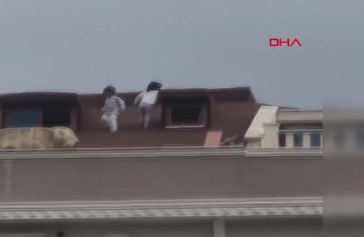 Şoke Eden görüntüler: İki küçük çocuk çatıda böyle görüntülendi...