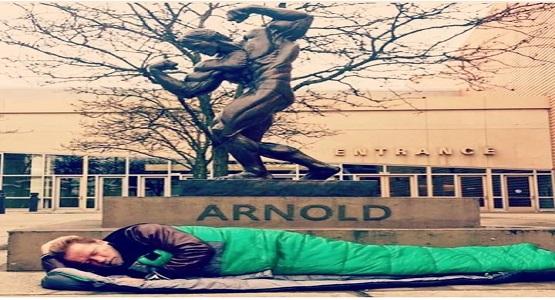 Ünlü aktör Arnold Schwarzenegger, sosyal medya hesaplarından, meşhur bronz heykelinin önünde uyurken çekilmiş bir fotoğrafını paylaştı ve
