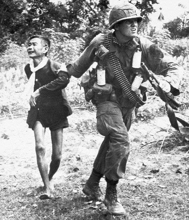 Vietnam'da zayiat vermek istemeyen bir Amerikan generali temizlik harekâtında alması gereken bir köyü taş taş üstünde kalmayana kadar bombalatır.