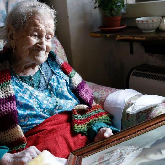 Yaşlı kadın vefat ettikten sonra huzur evi çalışanları yaşlı kadının dolabında birkaç kez katlanmış olan mektuplar buldular.