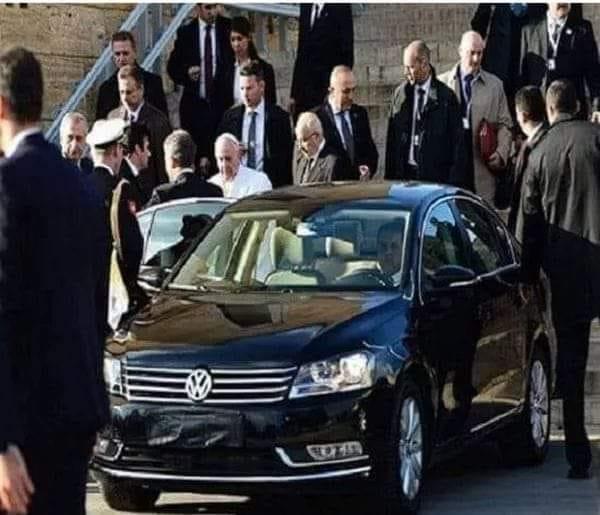 Papa makam otosuyla Roma sokaklarında dolaşmaktadır.