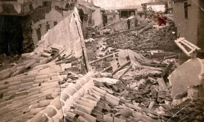 1939 yılında 7,2 şiddetinde ki Erzincan depreminden sonra, Savcısı İzzet Akçal , mahkumları bir araya toplar: Ve onlara Şöyle Der!