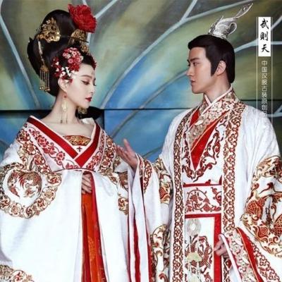 Bir Çin prensi tahta çıkacaktı ama yasalara göre, daha önce evlenmesi gerekiyordu.