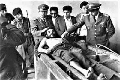 Che Guevara Bolivya'da yakalanınca, onu kimin öldüreceği askerler arasında yapılan bir kura sonucu saptanır.