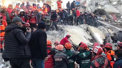 Deprem Sonrası Kurtarma Ekipleriyle İletişime Geçen Azize, 17 Saat Sonra Kurtarıldı