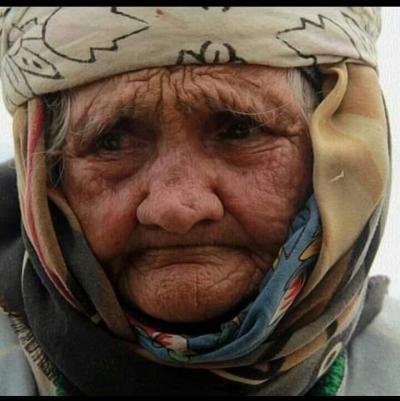 Hastane tıklım tıklımdır. Yaşlı kadın içeri girer, doktor hanım teyzeyi muayene eder.