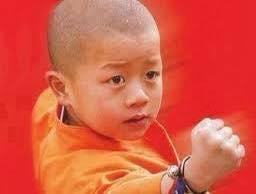 Japonya'da bir çocuk 10 yaşındayken trafik kazasında sol kolunu kaybetmiş.