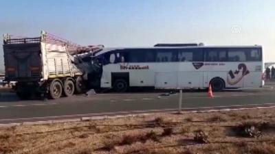 Korkunç Kaza: Yolcu Otobüsüyle Tır Çarpıştı, Çok Sayıda Ölü Ve Yaralı Var