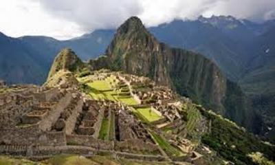 Meksika'da İnka tapınaklarına çıkmak isteyen Avrupalı bir grup Arkeolog, birkaç yerli rehberle yola koyuluyor.