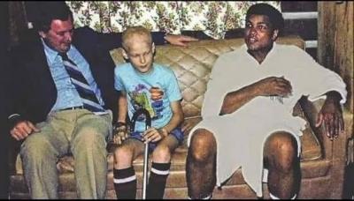 Orada küçük çelimsiz bir çocuk vardı. Muhammed Ali ile tanışmak istiyordu. Sorun değil dedim ve babasıyla oğlanı getirdim.
