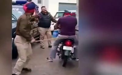 Polisten Pes Dedirten Görüntüler. Sokağa Çıkma Yasağına Uymayanları Böyle Uyarıp Evlerine Gönderdiler