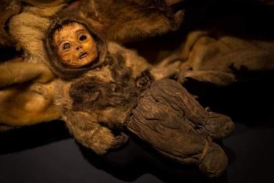 Sekiz kişilik bir Eskimo ailesinin yüzyıllar önce mumyalanmış bedenleri