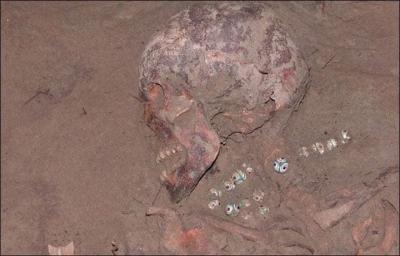 Sibirya mezarında bulunan Kleopatra'nın kolyesi.