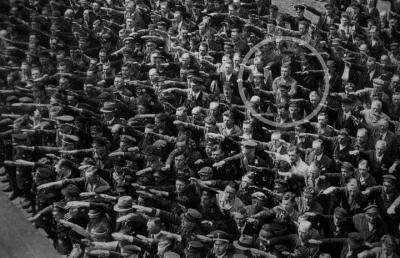 Siyahbeyaz bir fotoğraf, 1936 Almanyası'ndan. Fotoğrafta bir insan seli var.