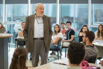 Üniversitede, en çok sevdiğim hocanın odasındaydım. Bana, Ne olmak istiyorsun? dedi.