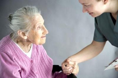 Yaşlı teyze hastaneden içeri girer ve doğruca doktor hanımın odasına muayene olmak için girer.