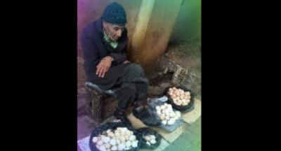 Yumurtaları ne kadara satıyorsun? diye sordu.