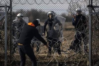 Yunan sınırında görev yapan zırhlı aracımız manevra yaparken dikenli tellere takıldı